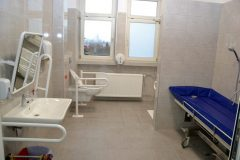Przebudowane łazienki na oddziałach wewnętrznym i chirurgicznym są wygodne, przestronne i przystosowane dla  osób niepełnosprawnych